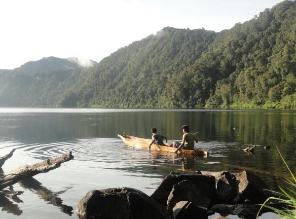 Bermain Sampan di Danau Gunung Tujuh