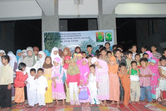 Foto bersama anak-anak panti asuhan